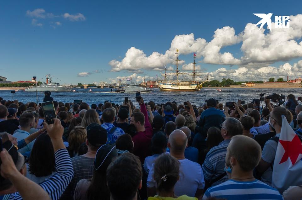 Главный военно-морской парад на День ВМФ в Санкт-Петербурге прошел 26 июля 2020 года с особым размахом . В этом году он был посвящен 75-й годовщине Победы в Великой Отечественной войне.