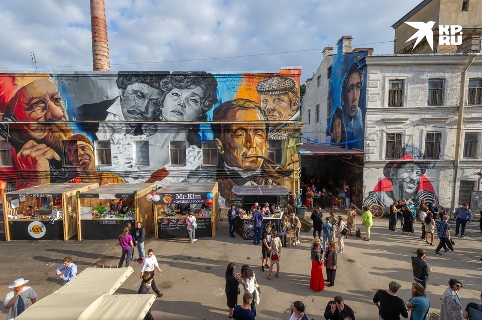 """На «Ленфильме» открылось пространство Kino Corner. С 15 августа по 30 сентября текущего года, каждые выходные внутри """"Kino Corner"""" будут проходить мастер-классы, концерты, кинопоказы и спектакли, а также творческие встречи с артистами."""