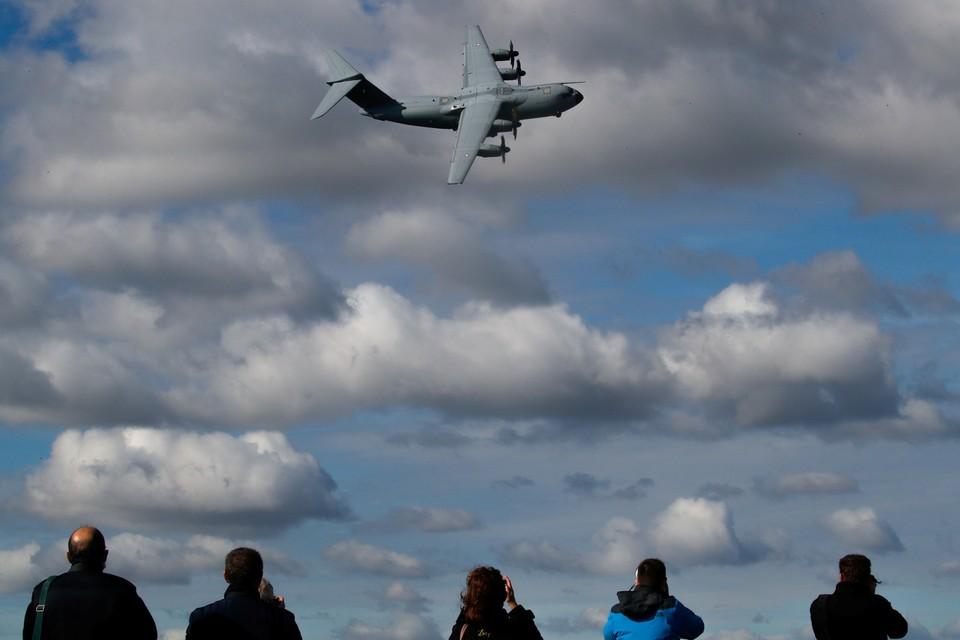 На авиашоу во Франции представили новый военно-транспортный самолет  Airbus A400M.