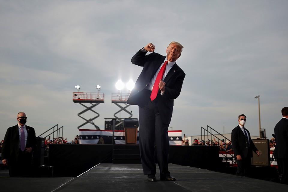 Президент США Дональд Трамп станцевал перед своими сторонниками на предвыборном выступлении во Флориде