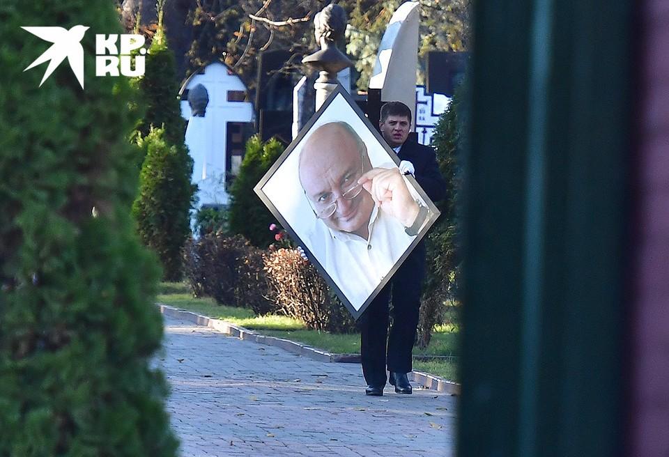 В Москве на Новодевичьем кладбище похоронили писателя-сатирика Михаила Жванецкого, скончавшегося 6 ноября на 87 году жизни. Из-за пандемии коронавируса церемония прошла в закрытом режиме.