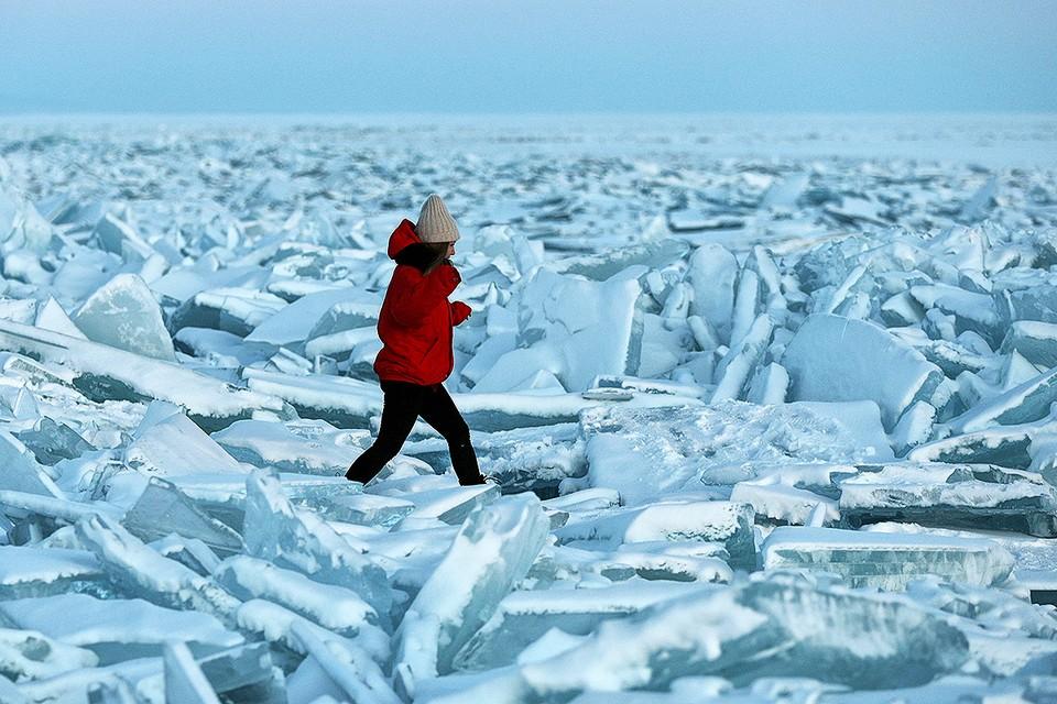 Капчагайское водохранилище под Алма-Атой, Казахстан, сковало льдом. В некоторых местах лед поднялся и превратился в красивые торосы, которые быстро стали популярным местом для фотосессий.