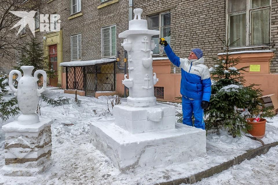 В Санкт-Петербурге пенсионер Николай Кузьмин во дворе своего дома вылепил из снега известную достопримечательность города - Ростральную колонну