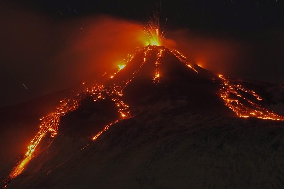 Извержение сопровождалось фонтанами лавы и мощным выбросом вулканического пепла.