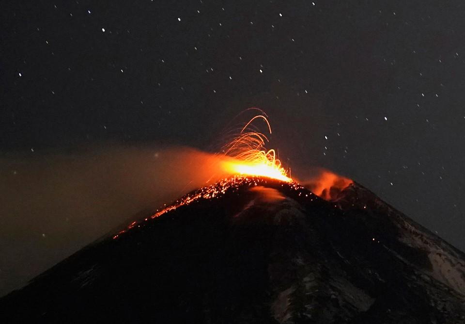 На Сицилии началось извержение самого активного вулкана Европы Этна.