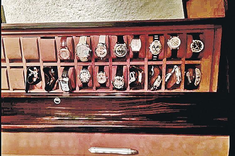 Коллекция дорогих часов, обнаруженная в кабинете главы Республики Коми, выглядит солидно.