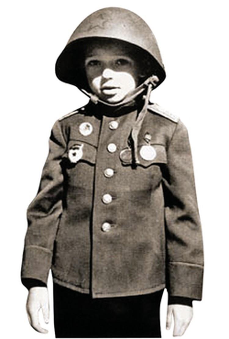Для мальчика специально сшили военную форму.