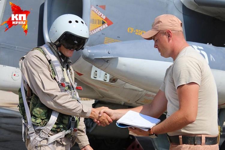 Российский пилот только что вернулся с задания. Здоровается с техником
