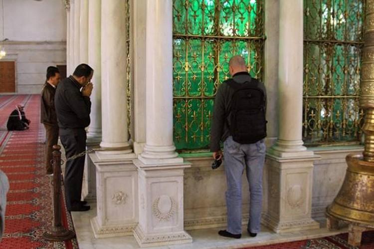 Дмитрий Стешин у мавзолея с мощами Иоанна Крестителя, храмовой святыни - мечети Омейядов - главной мечети Сирии.