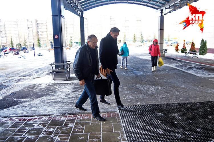 Сутулый, скромно одетый пожилой мужчина не привлекает ни одного взгляда. Кажется, в здание заходит еще один пациент, а не генеральный директор госпиталя, который стоил 4 с лишним миллиарда рублей