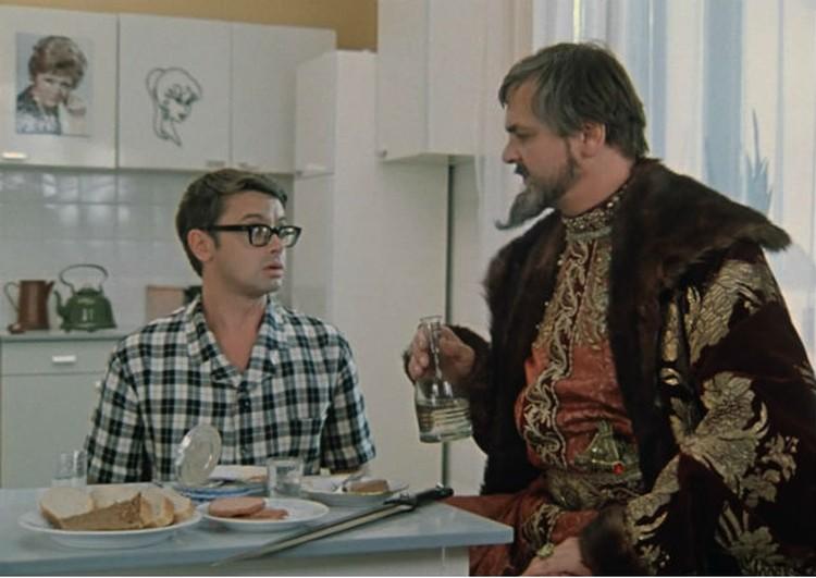 А царь в пуховике-то не настоящий! Фото: кадр из фильма