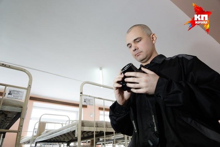 Дмитрий Лошагин гладит фотоаппарат с умилением