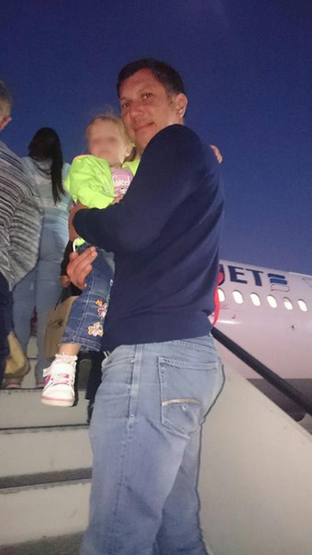 Это фото Ольга сделала, когда семья поднималась по трапу самолета, который должен был унести их домой. Фото: соцсети