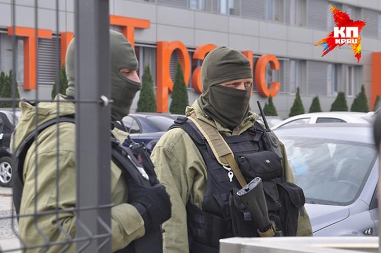 """Силовики окружили здание, в котором располагается транспортное предприятии """"СисСитиТранс"""" и крымско-татарский телеканал ATR."""