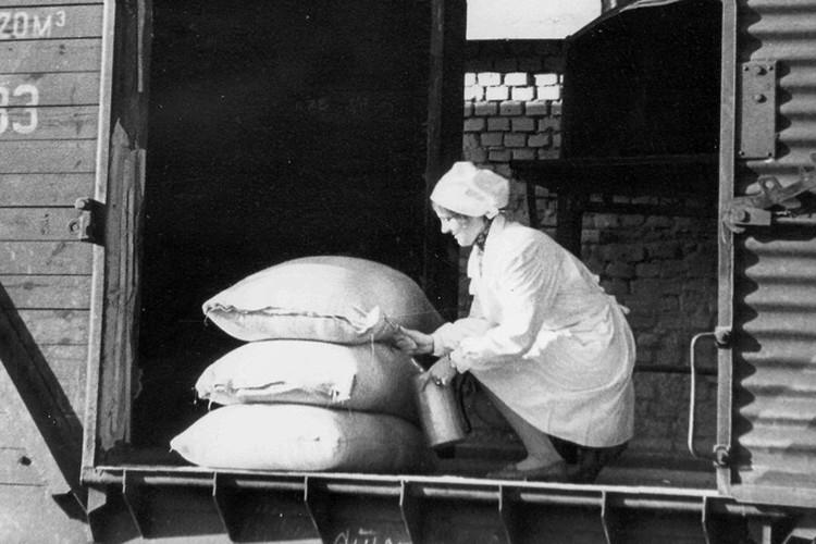 Нехватка валюты, отсутствие поставок зерна, копеечные зарплаты рабочих хлебозаводов - реалии начала 90-х. Но, несмотря ни на что, хлеб на столе у белорусов был всегда. Фото: архив Минского комбината хлебопродуктов.