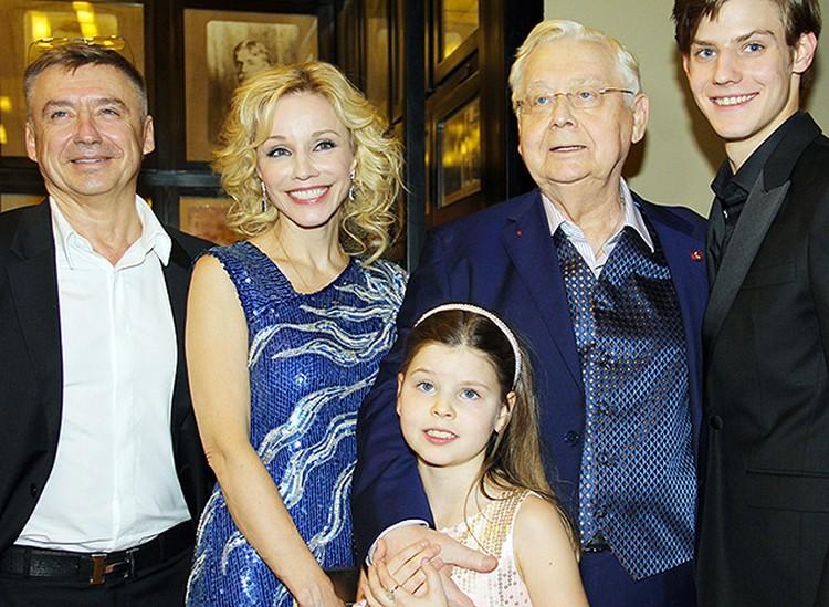 Олег Табаков с семьей.