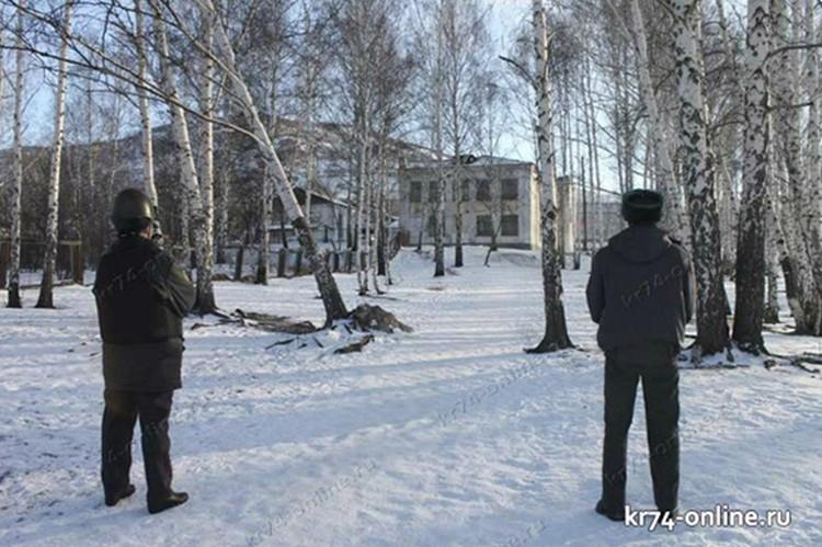 Оцепление вокруг школы продержали весь день. Фото: «Карабашский рабочий»