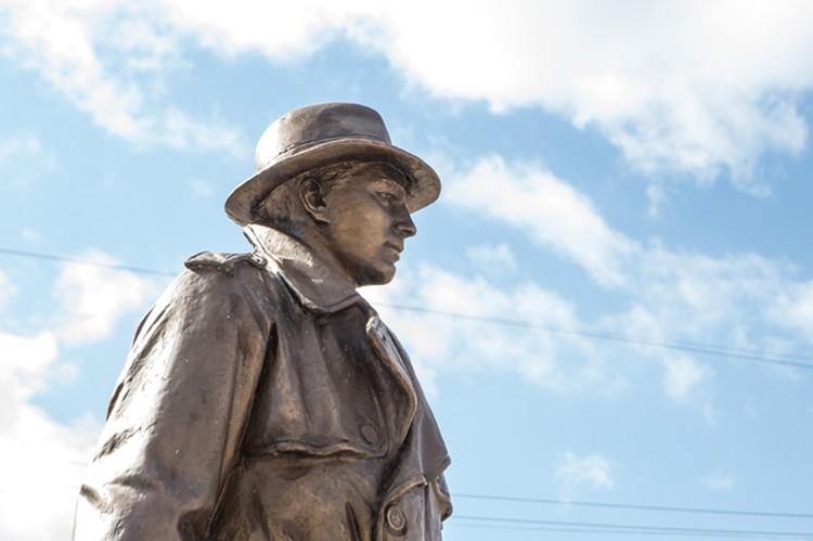 Памятник разведчику стоит возле ДПиШ им. Крупской в Челябинске