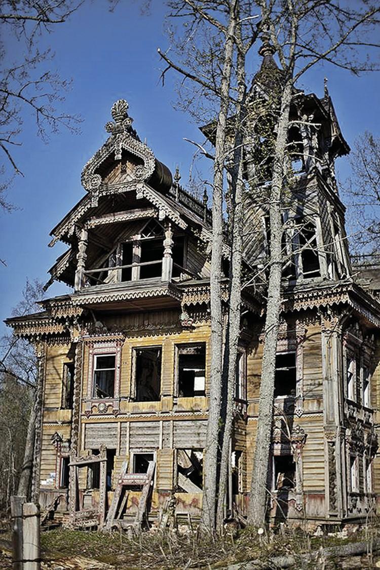 Чтобы восстановить этот чудо-дворец, его пришлось разобрать до последнего бревнышка... Фото: архив Андрея Павличенкова.