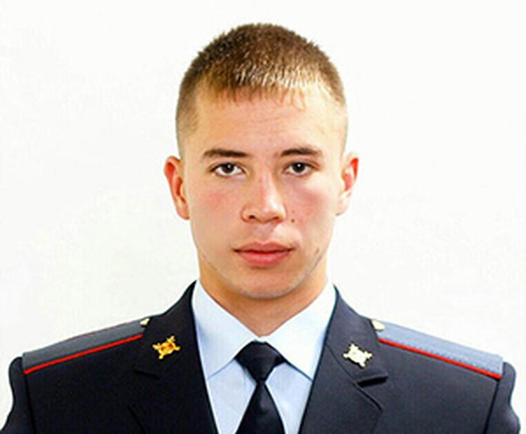 Увидев замерзающего ребенка, сотрудник полиции Данил Максудов отдал ему свою куртку, а рукавицы – мерзнущей девушке.