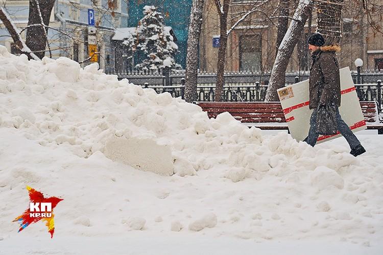 В новом году столицу завалило снегом.