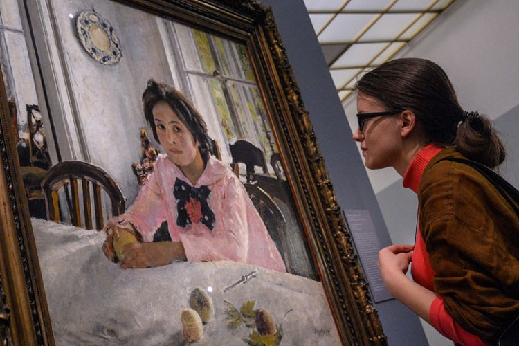 """Посетительница выставки перед знаменитой """"Девочкой с персиками"""""""