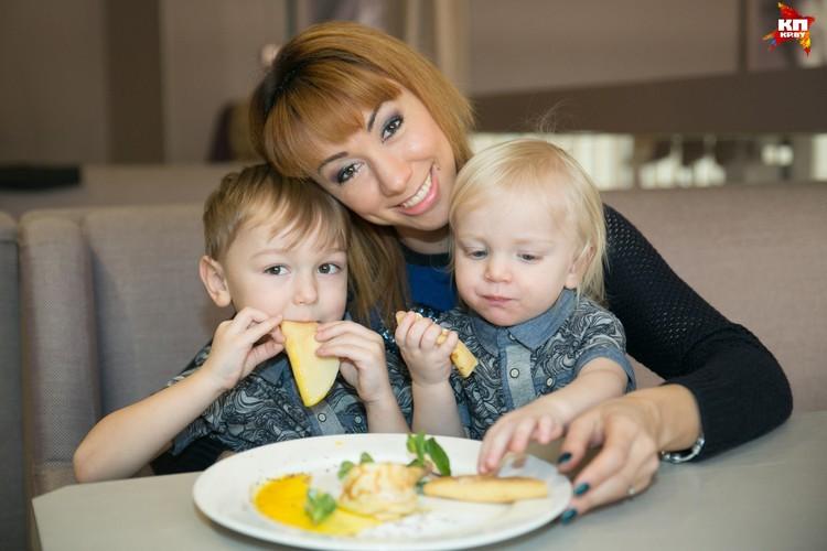 Стефан и сам с удовольствием уплетал блины для мамы, но с братом Германом поделиться не забыл, хоть и было очень вкусно!