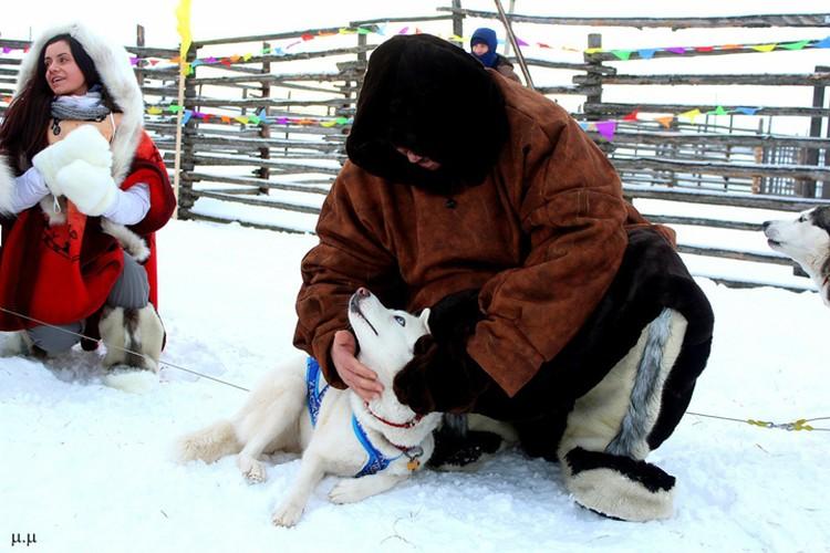 Хаски гораздо легче было выдержать мночасовое пребывание на морозе, но они не упускали возможности поластиться к людям. Фото: Мария Демидова