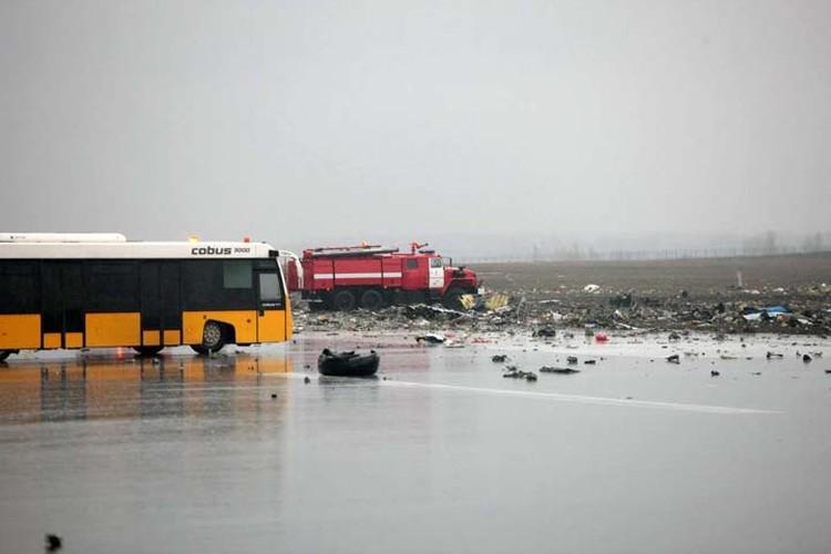 На фотографиях видно, что самолет разлетелся на мелкие части. Фото: Правительство Ростовской области