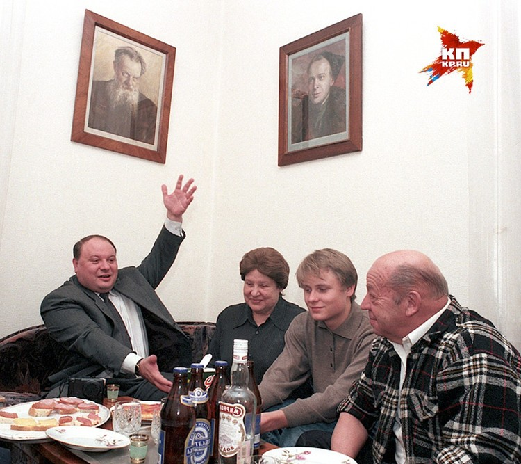 Съемка из 90-х годов. Егор Гайдар под портретами знаменитых дедов - Павла Бажова и Аркадия Гайдара.