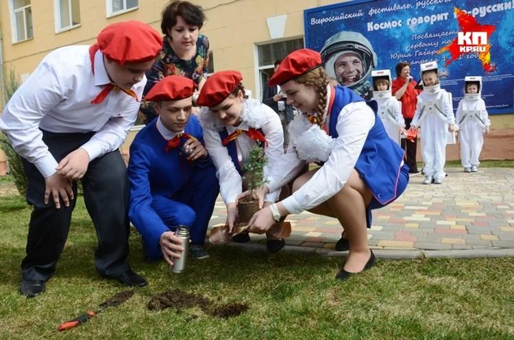 Право посадить саженец доверили ребятам из Смоленской области - родины космонавта, которые привезли в Волгоград горсть гагаринской земли.