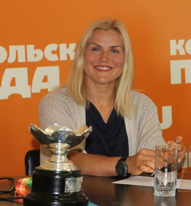 Рядом с Ольгой ее трофей - кубок, который она получила из рук испанской королевы