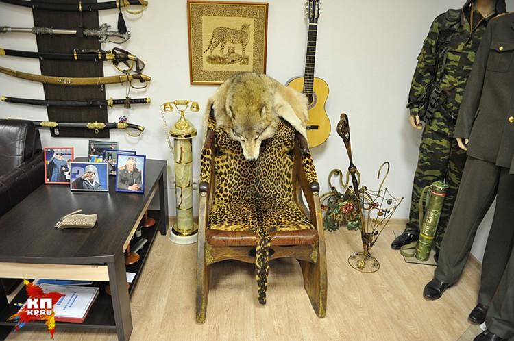 Трон от Саддама Хусейна, декорированный натуральным леопардом. И волчьей шкурой