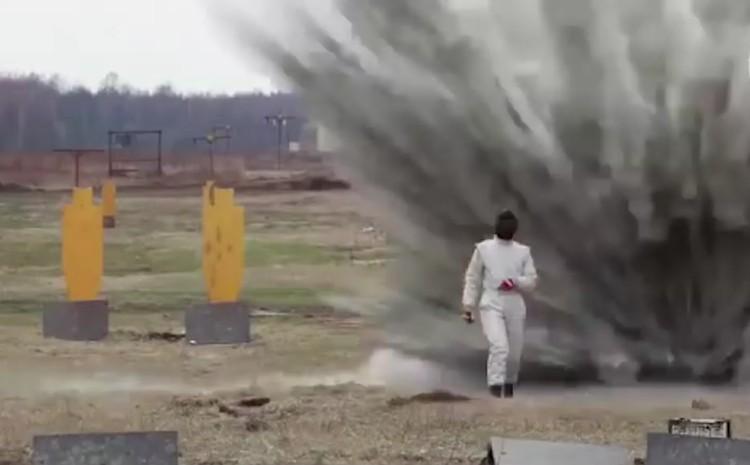 Испытатель - очаровательная девушка в огнестойком костюме - прошла по полю без всяких последствий для здоровья, когда вокруг все взлетало на воздух. Фото: Вести