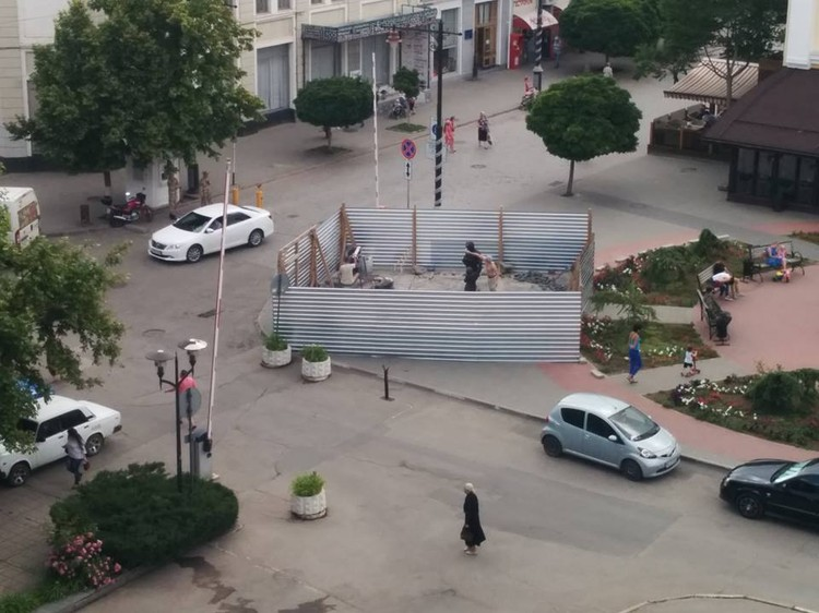 Памятник еще скрыт от глаз металлическим забором. Фото: Леонид Бабашов