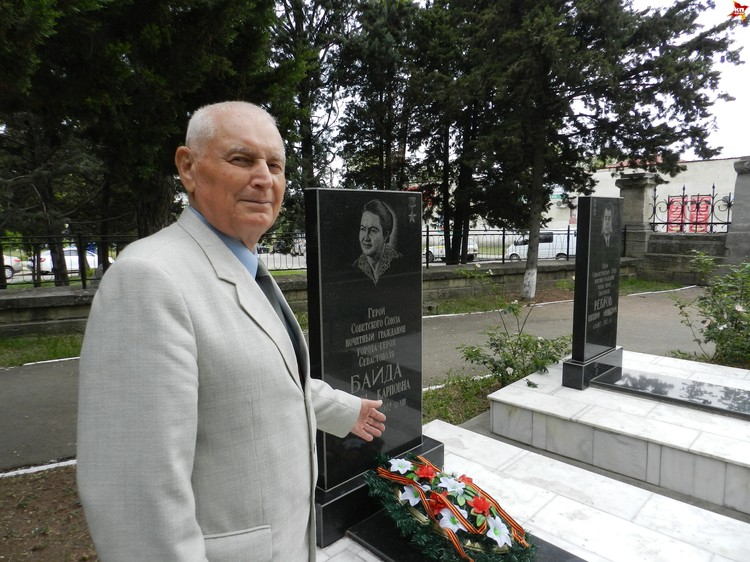 Друг фронтовичики, контр-адмирал Сергей Рыбак часто проведывает ее могилу