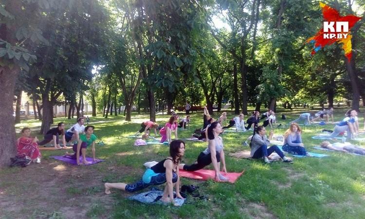 Йога - очень увлекательное занятие, если заниматься ею вместе. Фото: Алеся ЛИПАЙ