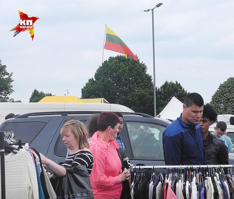 Блошиный рынок под литовским флагом в городе Петерборо.