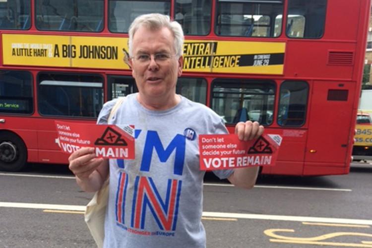 Редкий найденный нашим корреспондентом агитатор Уильям призывает остаться в Евросоюзе, поскольку работает в интернациональной компании. Агитация в день голосования разрешена.
