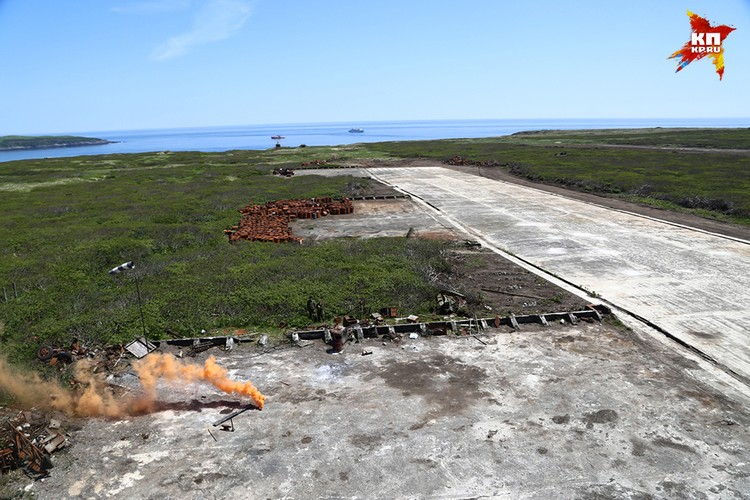 Чем занимались японцы на этом небольшом вулканическом острове, где были оборудованы сразу две взлетные полосы?