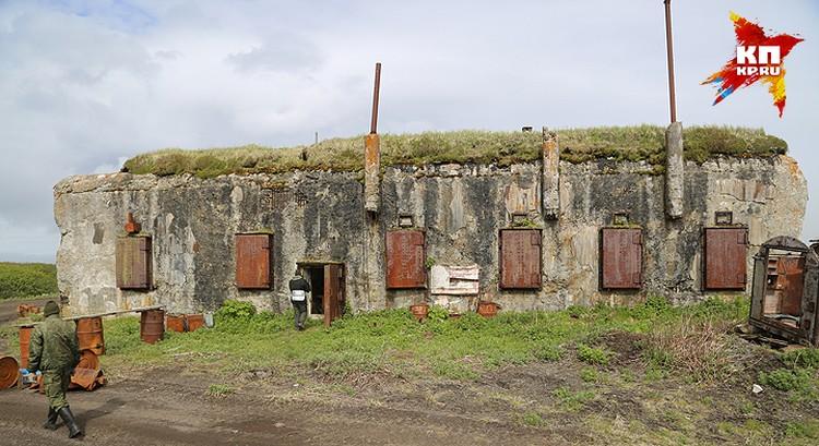 Зимой такие жилища заносит по самую крышу, бетонный чехол нужен, чтобы снег не вытаивал вокруг и не демаскировал убежище.