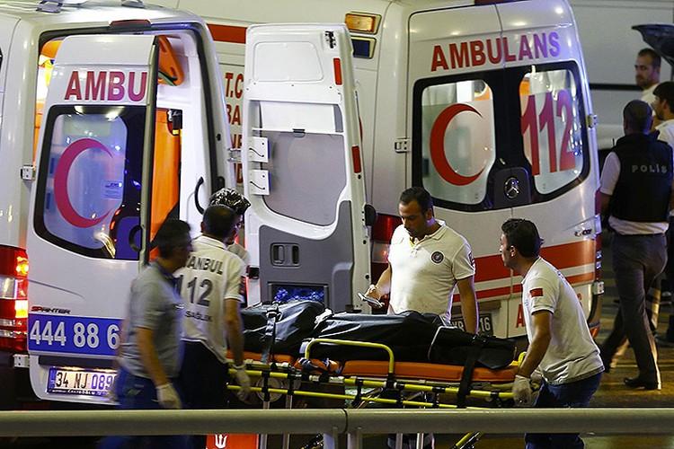По предварительным данным, погибло десять человек, раненых - десятки.