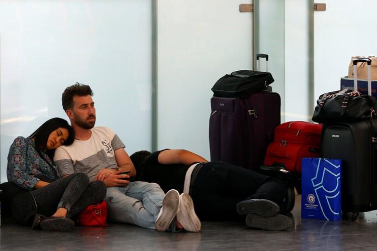 Пассажиры ждут вылета отложенного рейса в аэропорту Стамбула