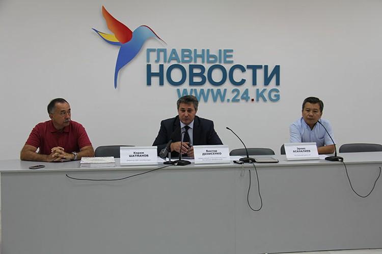 Итоги второго этапа проекта директор ОБФ «Агитбригада» Керим Шатманов (на фото слева) подвел в Бишкеке на пресс-конференции.