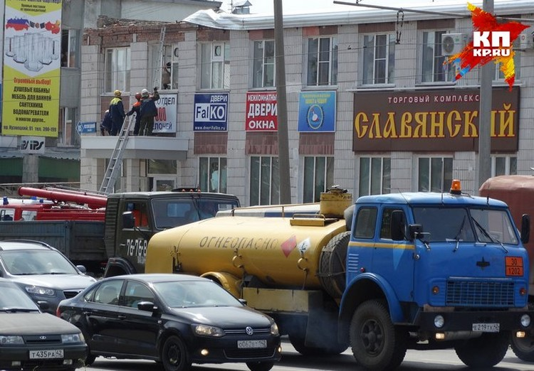 После начала поисково-спасательной операции движение перекрыли. Фото: Виталий БУРЦЕВ