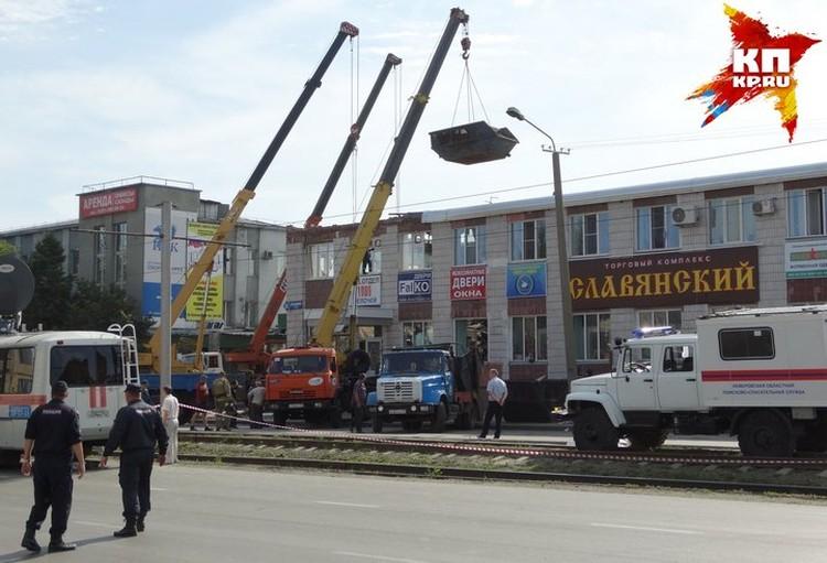 Обломки с места обрушения убирали в специальную машину. Фото: Виталий БУРЦЕВ