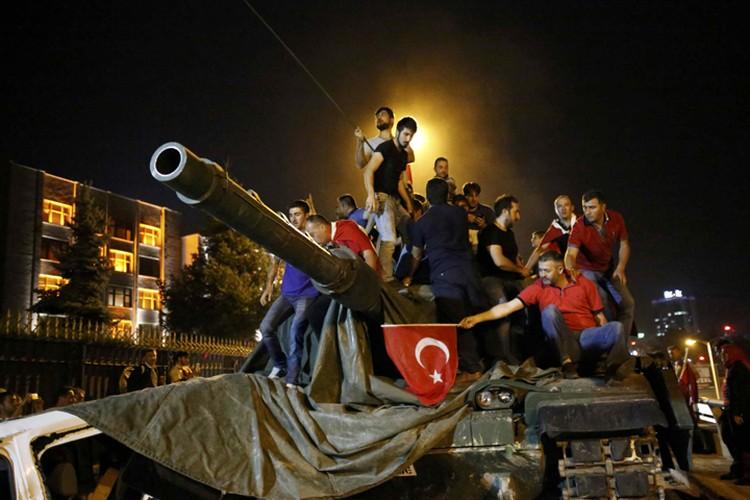 Жители Анкары, протестующие против госпереворота, захватили танк у военных
