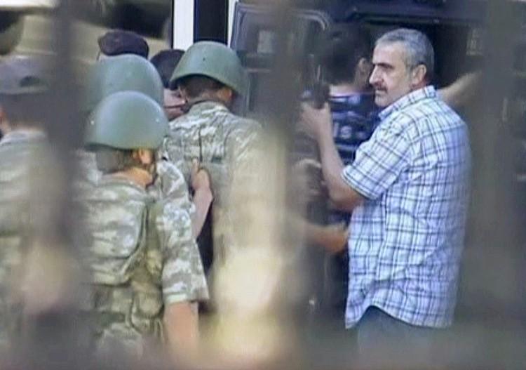 Солдаты сдают оружие и отправляются в полицейский броневик.