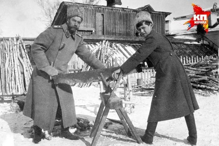 Николай II со своим сыном Алексеем во время ссылки в 1917-м году в Тобольске.
