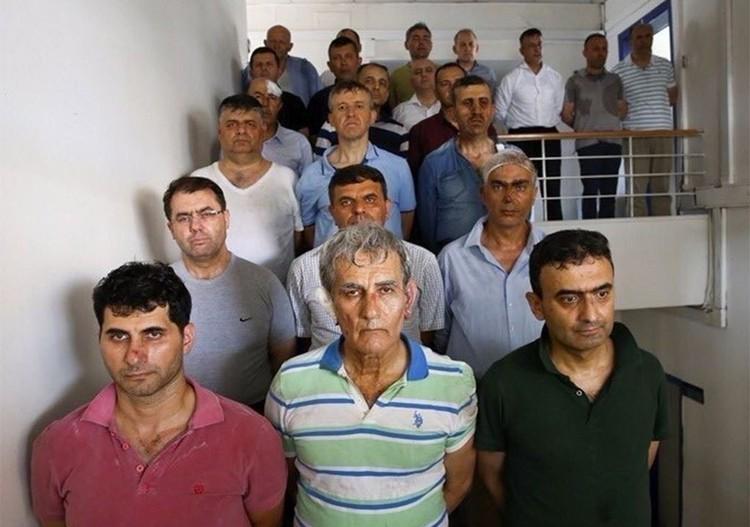 Задержанные организаторы военного мятежа. Ключевая роль отводится бывшему главе ВВС Турции Акину Озтюрку (первый ряд, в центре).